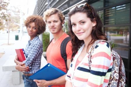 Happy Gruppe von Studenten mit Notebooks im Freien Standard-Bild - 15413484