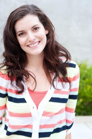 Portrait von einem hübschen Studentin auf dem Campus Standard-Bild - 15413496