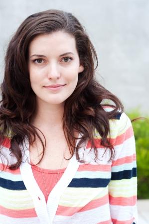 Portrait von einem hübschen Studentin auf dem Campus Standard-Bild - 15413523