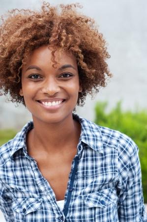 visage femme africaine: jolie �tudiante africaine coll�ge am�ricain sur le campus Banque d'images