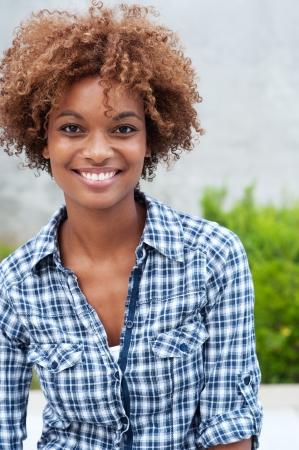 mooi African American college student op de campus