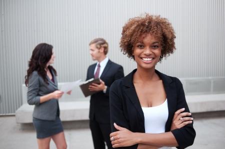 confianza: Retrato de un grupo empresarial joven y atractiva de pie juntos en la oficina Foto de archivo