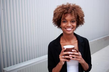 Portrait von einem hübschen African American executive holding eine Tasse Standard-Bild - 15413452