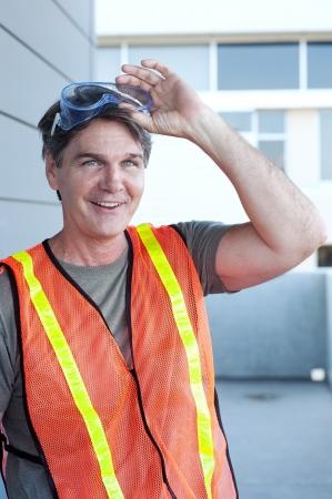 ハード帽子と外成熟した建設労働者の肖像
