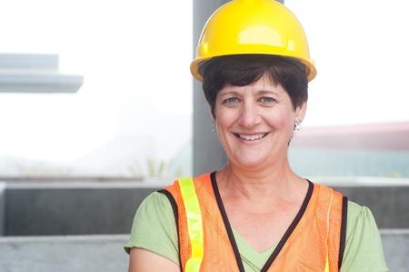 Frau Bauarbeiter im harten Hut draußen genommen Standard-Bild - 21845925