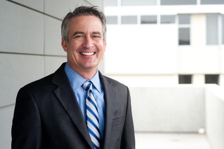 professionnel: portrait d'un homme d'affaires mûr confiant à l'extérieur Banque d'images