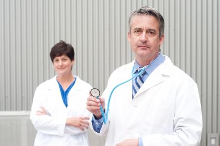 Porträt von reifen Arzt im Krankenhaus Standard-Bild - 21876434