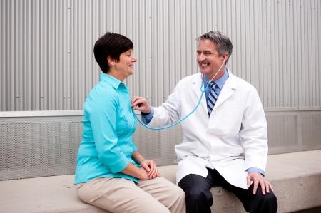 Reifen Arzt mit Patientin im Krankenhaus Standard-Bild - 21876438