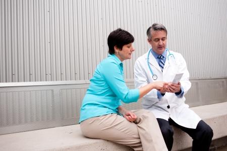Reifen Arzt mit Patientin im Krankenhaus Standard-Bild - 21876440