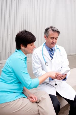 Reifen Arzt mit Patientin im Krankenhaus Standard-Bild - 21876441