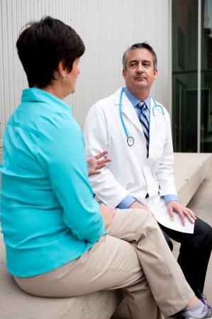 Reifen Arzt mit Patientin im Krankenhaus Standard-Bild - 21876443