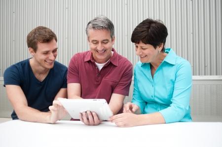 Familie Spaß auf Tablet Standard-Bild - 21876447