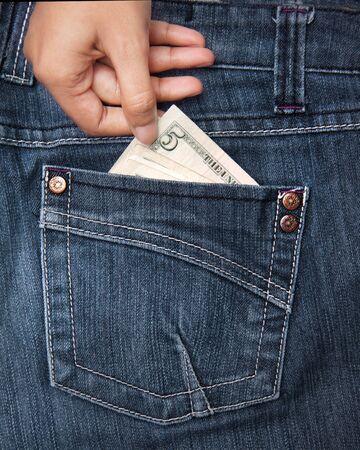 Menselijke hand nemen van geld uit jean zak