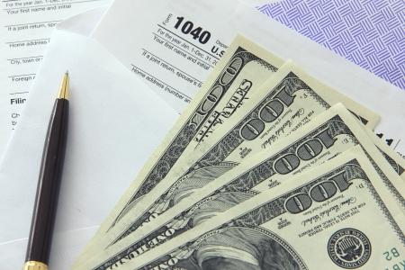 Belasting papieren in een envelop met 100 dollar biljetten Stockfoto