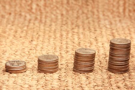 Groei - stapels munten op een mat Stockfoto
