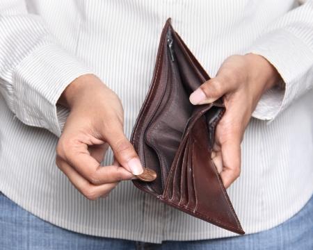 Zakelijke persoon die een cent uit een portemonnee Stockfoto