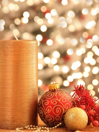 Kerstversiering met ornamenten en verlichting Stockfoto