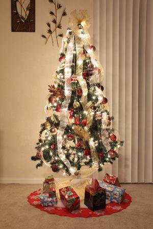 Kerstboom met verlichting, decoratie en ornamenten Stockfoto