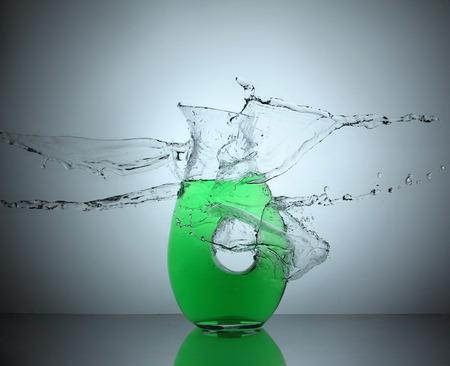 water spatten op een mok van de soda Stockfoto