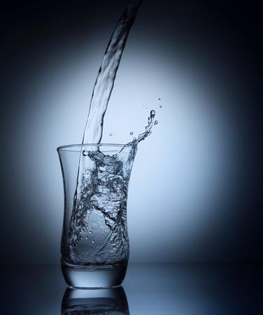 Water gieten in een glas Stockfoto