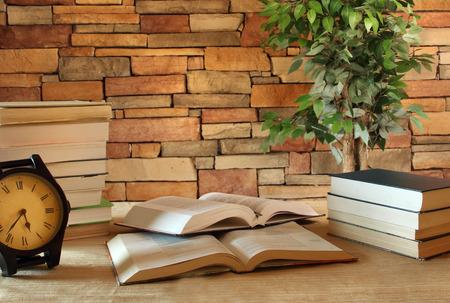 Studie tafel met boeken in een kantoor kamer