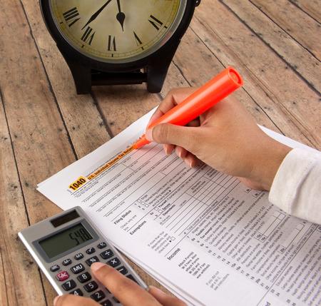 Business vrouwen het indienen van de federale belasting voor de deadline Stockfoto