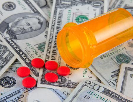 Ziektekosten in Amerika - pillen op Amerikaanse dollarbiljetten Stockfoto