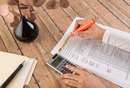 vrouwen het indienen van de belastingen voor de deadline Stockfoto