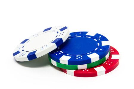 fichas de casino: Pila de fichas de p�quer aisladas sobre fondo blanco Foto de archivo
