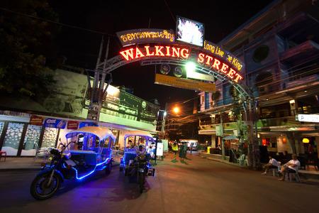 gogo girl: PATTAYA, THAILAND - 1. Januar 2006: mehrfarbig Leuchtreklamen im Herzen der Walking Street von Pattaya. Die Straße ist für den Verkehr nach 18.00 Uhr geschlossen und bleibt bis spät in die Nacht überfüllt. Editorial