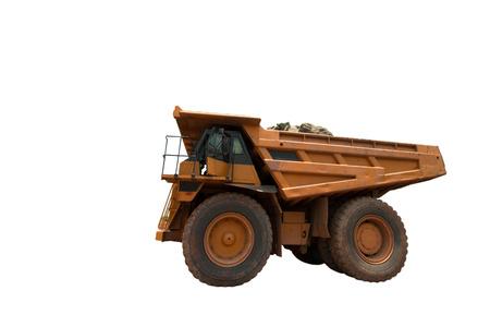 camion volteo: gran cami�n minero amarillo sobre fondo blanco Foto de archivo