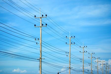 electricidad industrial: L�neas de alimentaci�n en el cielo azul
