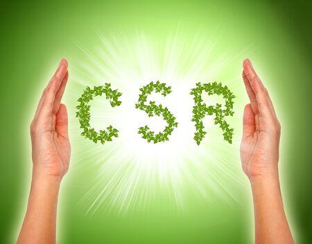 csr: hojas dispuestas en forma rsc con el apoyo a las manos - imagen conceptual de responsabilidad social corporativa.