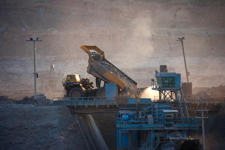 camion minero: planta de carb�n-preparaci�n. Cami�n de gran miner�a en el sitio de trabajo el transporte de carb�n, diciembre 29, 2014 en Lampang, Tailandia Editorial