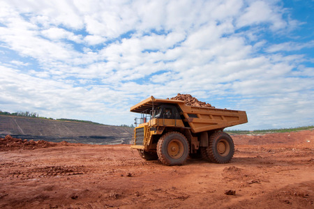 basurero: gran camión de mina amarillo en el sitio de trabajo