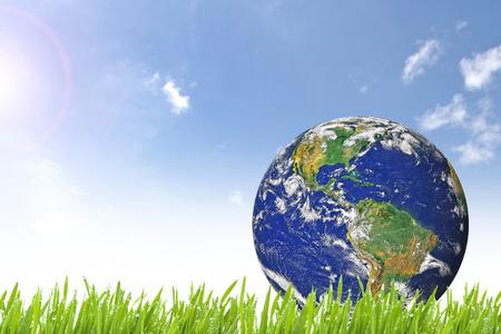 planeta verde: Tierra del planeta en hierba verde y hermoso día soleado con el cielo nublado azul
