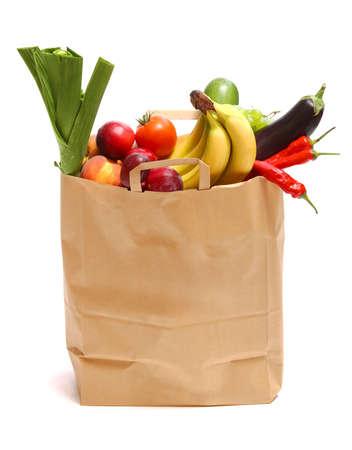 bolsa supermercado: Una bolsa de supermercado llena de frutas saludables y verduras en blanco
