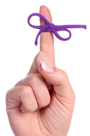 admonester: Un doigt contient une cha�ne li�e � la proue comme un rappel pour effectuer une t�che sp�cifique