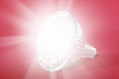 LED žárovka bodové světlo na červeném pozadí