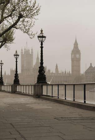 ビッグベン、国会議事堂、霧の中を見る