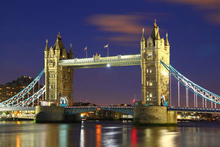 The iconic Tower Bridge of London lit up at night over the River Thames  Standard-Bild