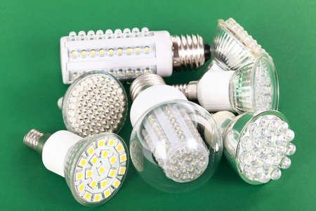 energy saving: Nuevos LED bombilla sobre fondo verde
