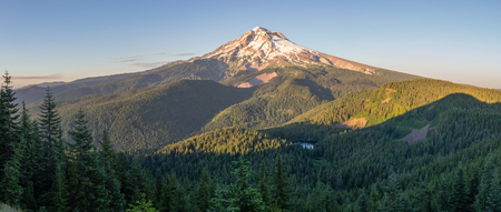 Mt Hood with Burnt Lake as viewed from the Zigzag Trial, Mt Hood WIlderness Area, Oregon Stockfoto