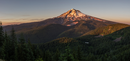 Mt Hood at sunset with Burnt Lake as viewed from the Zigzag Mountain Trial. Mt Hood WIlderness Area, Oregon. Stockfoto