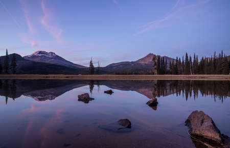 Clouds above South Sisters and Broken Top as viewed from Sparks Lake, near Bend, Oregon. Stockfoto