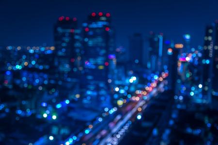 Defocused astratto texture di sfondo urbano -blurred con bokeh di luci della città da auto sulla strada di notte Archivio Fotografico