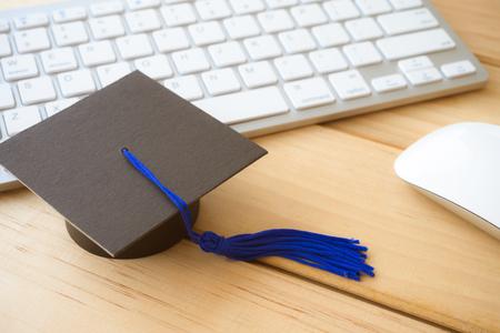 Abschlusskappe auf Tastatur mit Maus, E-Learning Online-Bildungskonzept Standard-Bild