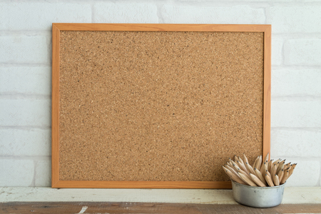 Cork board with pencils on table 版權商用圖片