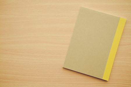 Blank empty notepad on wood table Banque d'images