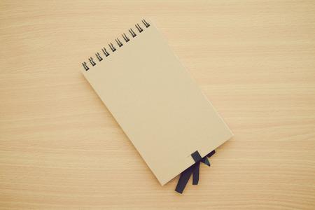 Blank empty notepad on wood table Stockfoto